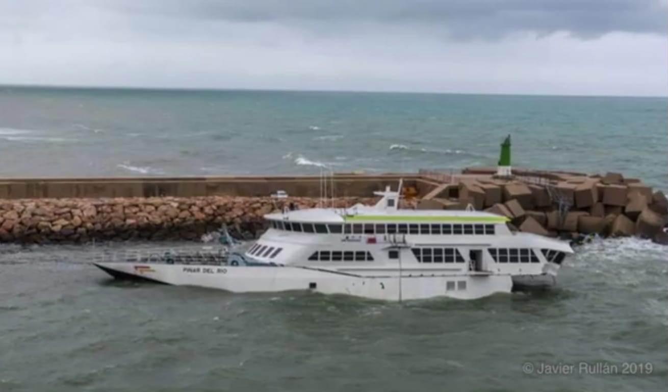 La acción del oleaje ha sido implacable sobre el maltrecho catamarán
