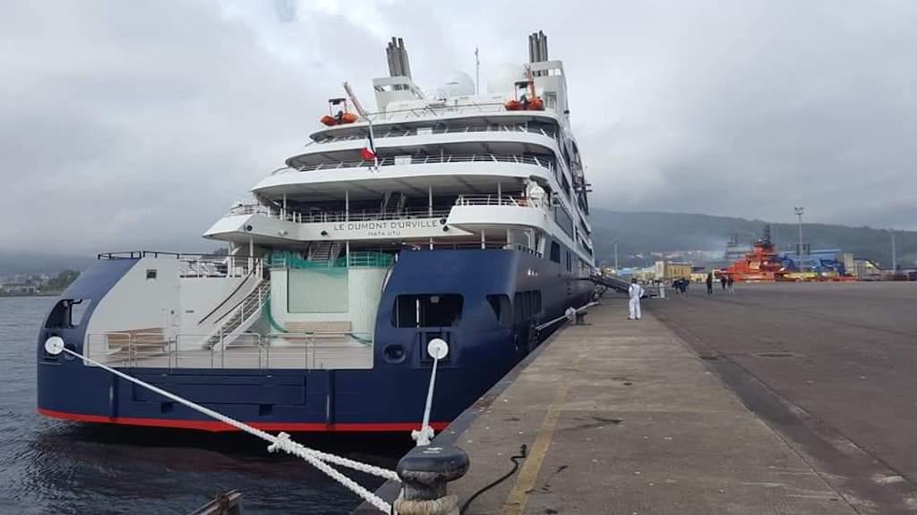 Visto de popa, atracado en el puerto de Cée