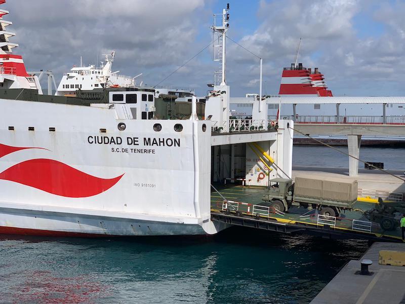 """Vehículos del Ejército de Tierra desembarcan del ferry """"Ciudad de Mahón"""""""