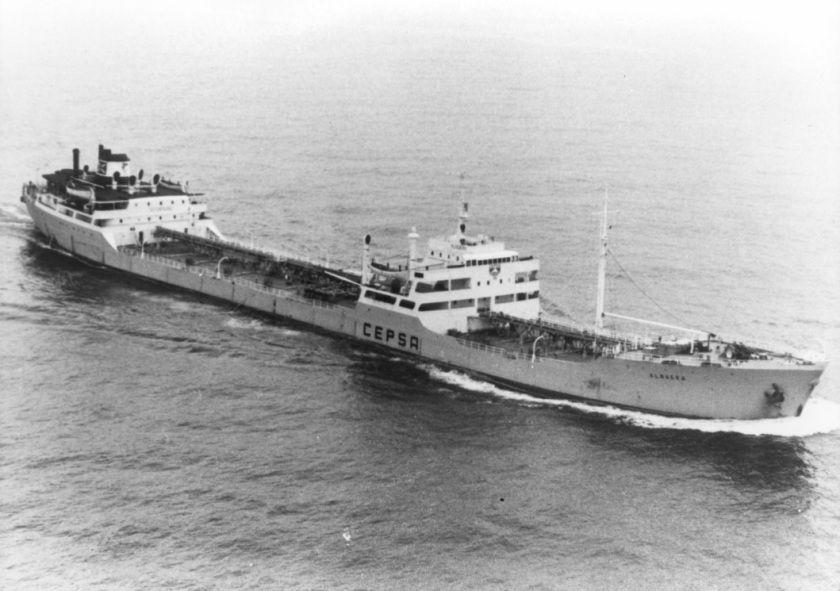 """El petrolero """"Albuera"""", navegando por el canal de la Mancha"""