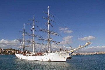 """El buque """"Christian Radich"""", con el aparejo aferrado, maniobra en la bahía de Palma"""