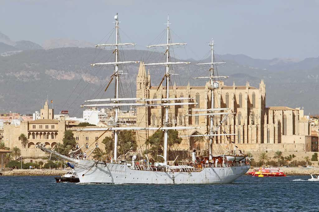 """El buque """"Chiristian Radich"""", con la catedral de Palma al fondo"""