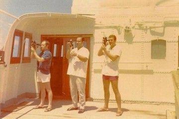 """Los tres oficiales del petrolero """"Albuera"""", observando la meridiana"""