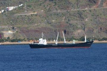 """El buque """"Dae Sung nº 11"""", ex """"Playa del Médano"""", fondeado al resguardo de Anaga"""