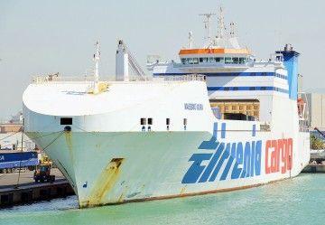 "Vista del buque ""Massimo Mura"" por la amura de babor"