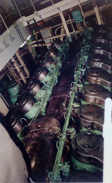"""Panorámica de uno de los motores principales del buque """"CTE Macarena"""""""