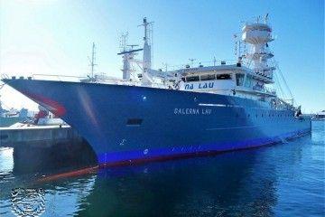 """El buque atunero """"Galerna Lau"""", visto por la amura de babor"""