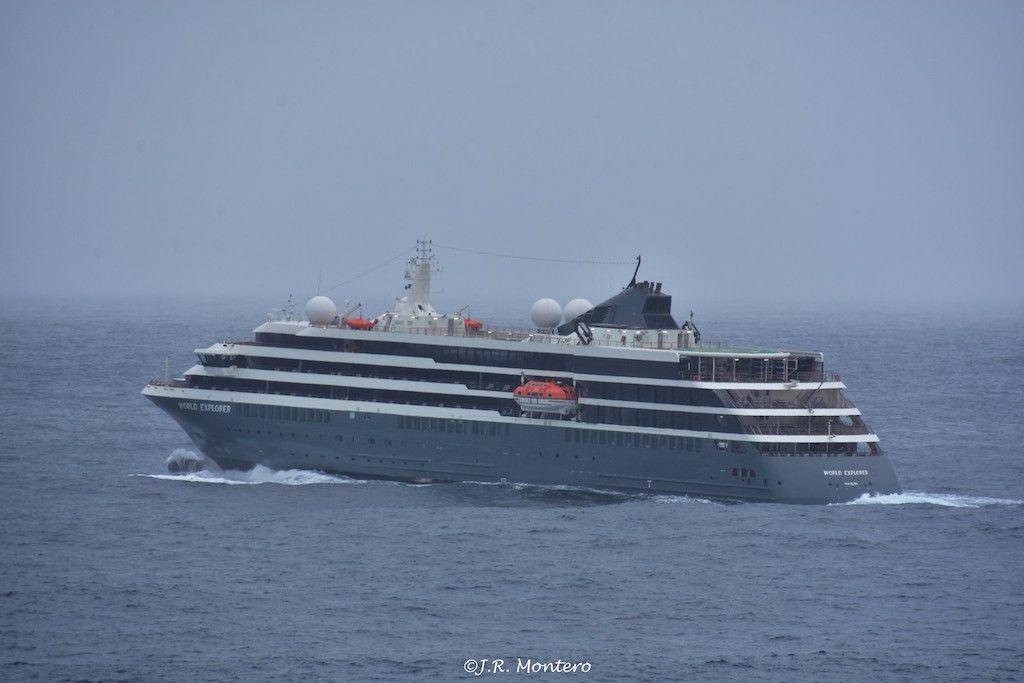 """El buque """"World Explorer"""", a su salida del puerto de A Coruña"""