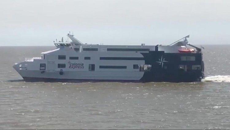 """El catamarán """"Superferry Express"""", ayer, en pruebas de mar en el Río de la Plata"""