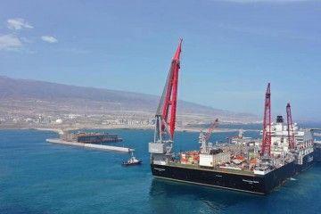 """El buque """"Pioneering Spirit"""", en la maniobra de atraque, ayer, en el puerto de Granadilla"""