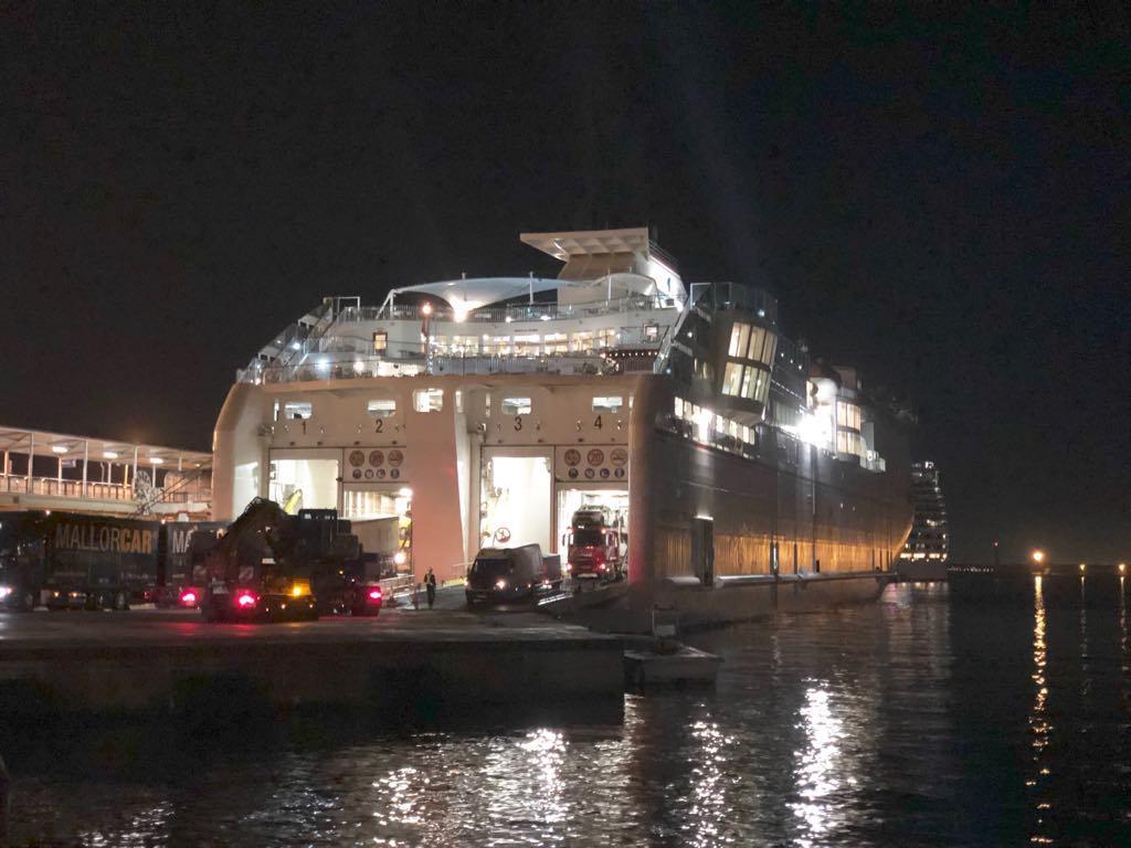 """El buque """"Volcán de Tinamar"""", atracado anoche en el puerto de Palma"""