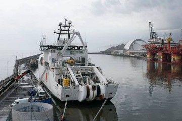 """El buque cablero """"Pierre de Fermat"""", atracado en la dársena de Los Llanos"""