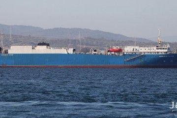 """El buque ro-ro ruso """"Kompositor Gasanov"""", durante su fondeo en la bahía de Algeciras"""
