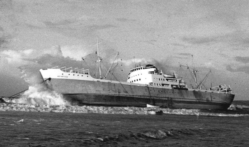 """El buque """"Antártico"""", en su lecho de muerte, soporta los primeros temporales"""