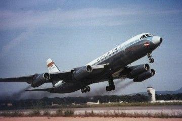 El avión Convair CV 990A, en maniobra de despegue