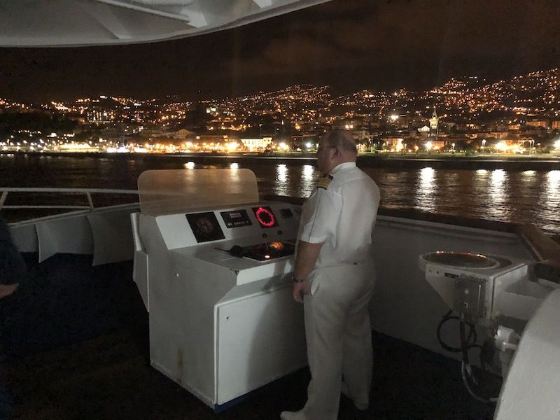 """El capitán José Carrera, en la maniobra del buque """"Lobo Marinho"""" en el puerto de Funchal"""