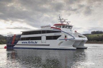"""El catamarán """"Krilo Lux"""", tras su puesta a flote"""