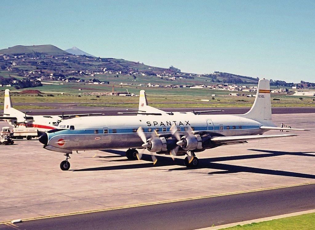 Douglas DC-7 de Spantax en el aeropuerto Tenerife Norte