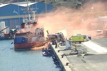 """La grúa, volcada junto al costado del buque """"Las Palmas"""""""