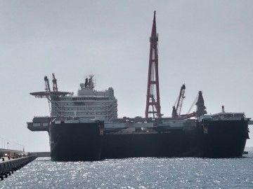 """El impresionante buque """"Pioneering Spirit"""", en la maniobra en el puerto de Granadilla"""