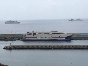 """El catamarán """"Ciudad de Ceuta"""", atracado en el puerto de Morro Jable"""