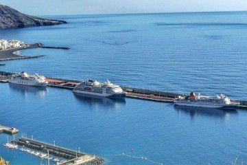 """Los buques """"Bremen"""", """"Hanseatic Nature"""" y """"Volcán de Taburiente"""", esta mañana, en el puerto de La Palma"""