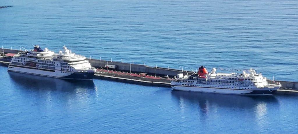 """Los buques """"Hanseatic Nature"""" (izquierda) y """"Bremen"""""""