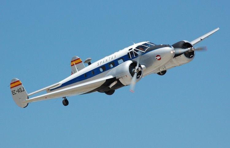 El avión Beech Executive 18, pintado con la librea de Spantax y propiedad de la FIO