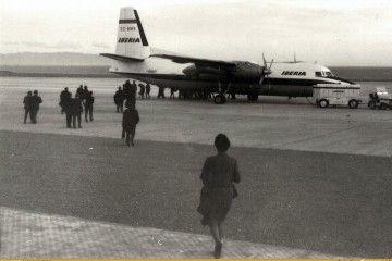 """El avión Fokker F-27 EC-BMS """"Río Ebro"""", en la plataforma del aeropuerto de Almería"""