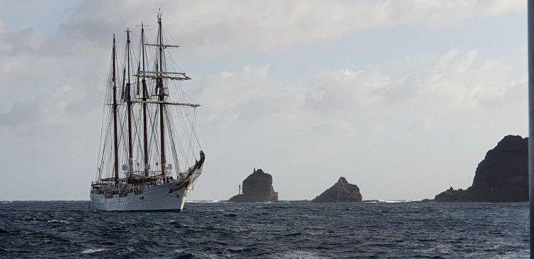 """El buque-escuela """"Juan Sebastián de Elcano"""", en las proximidades de La Graciosa"""