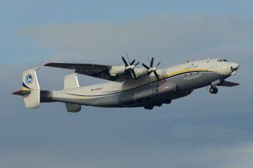 El avión Antonov An-22, solemne, en fase de ascenso tras su despegue de la base de Torrejón de Ardoz