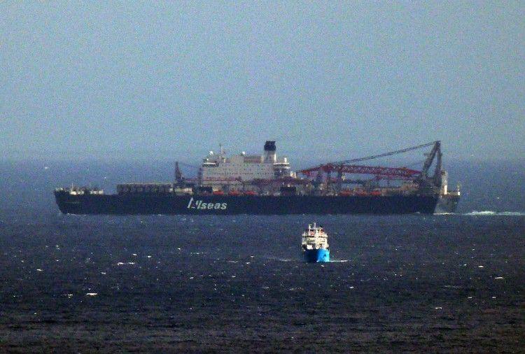 """El buque """"Pioneering Spirit"""", a su paso frente a Santa Cruz de Tenerife"""