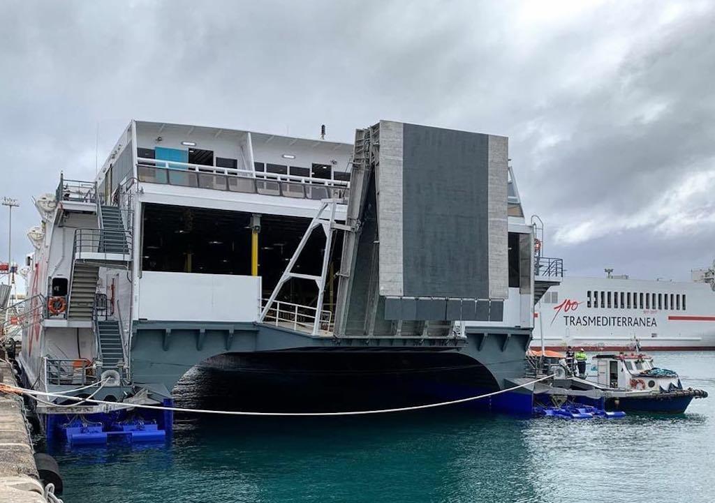 """Vista de popa del catamarán """"Villa de Agaete"""""""