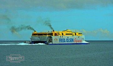 """El catamarán """"Bencomo Express"""" y sus humos que acusan el paso de los años"""