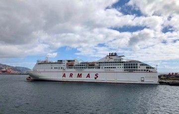 """El ferry """"Volcán de Tinamar"""", esta mañana, atracado en el ,puerto de Santa Cruz de Tenerife"""