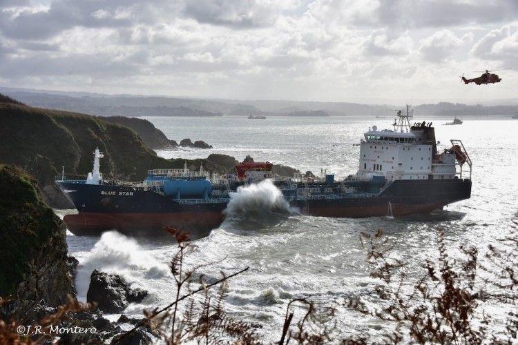 """El buque """"Blue Star"""" está atrapado en una zona rocosa"""