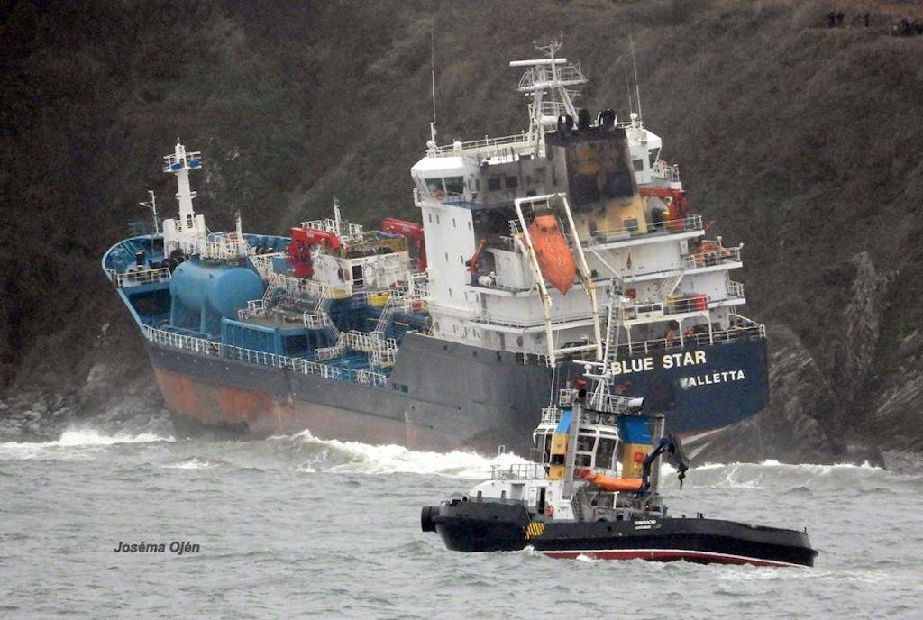 """El remolcador de RUSA, en las proximidades del buque """"Blue Star"""""""