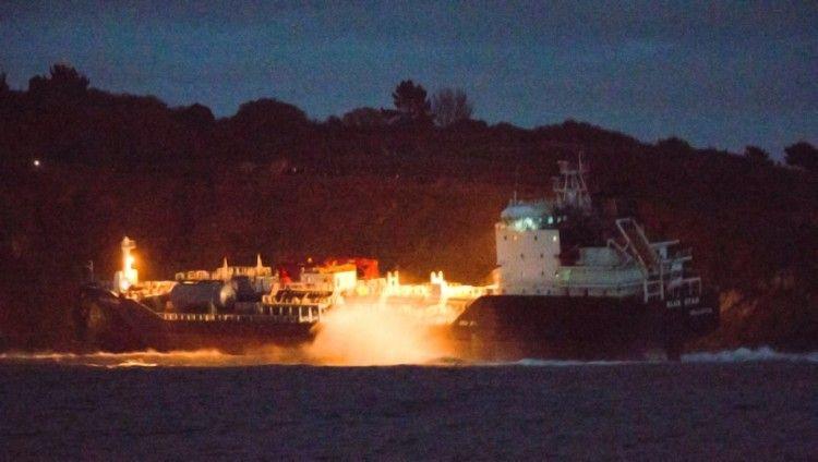 """Imagen nocturna del buque """"Blue Star"""", en su comprometida situación"""