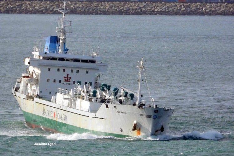 """El buque cementero """"Enconfrador"""", a su entrada en el puerto de La Coruña"""