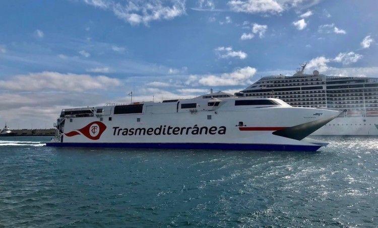 """El catamarán """"Villa de Agaete"""", esta mañana, entrando en el puerto de Santa Cruz de Tenerife"""