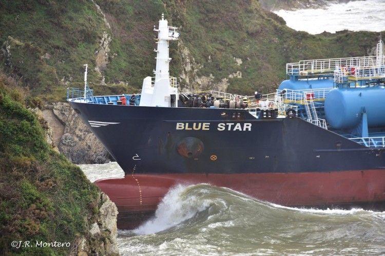 """La mar bate junto a la proa del buque """"Blue Star"""""""