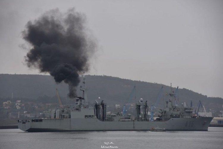 """Una densa humareda salía esta mañana de la chimenea del BAC """"Cantabria"""""""