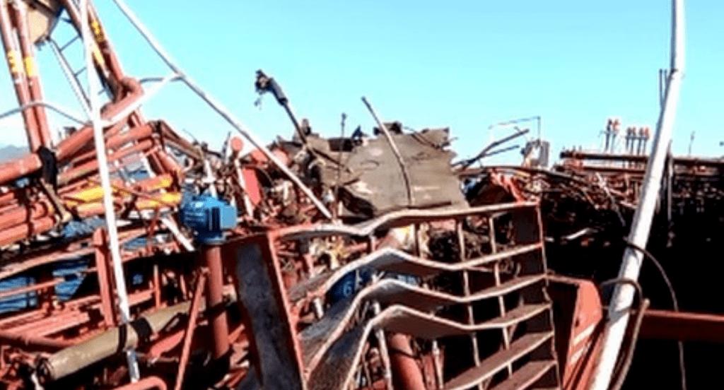 La explosión dejó parte de la cubierta hecha un amasijo de hierros