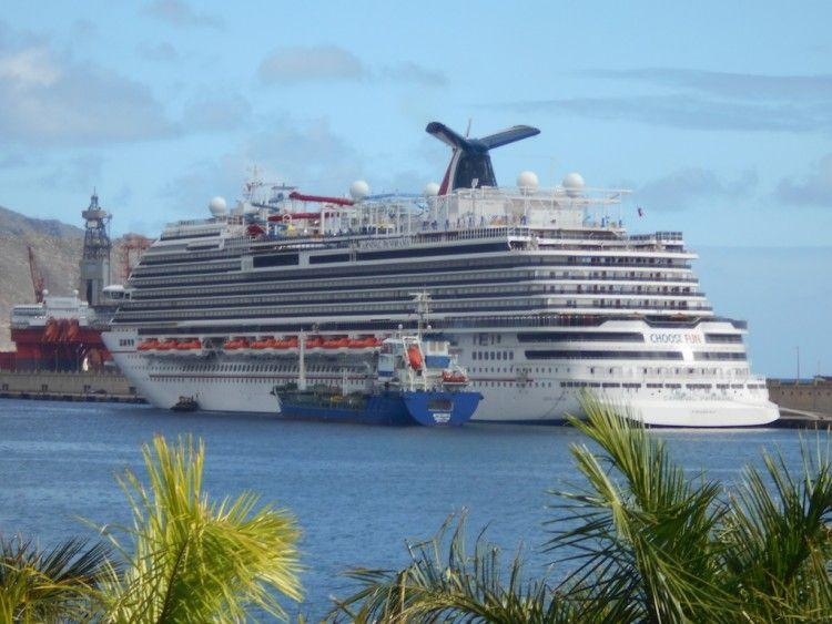 """El buque """"Carnival Panorama"""", atracado en el muelle sur del puerto de Santa Cruz de Tenerife"""