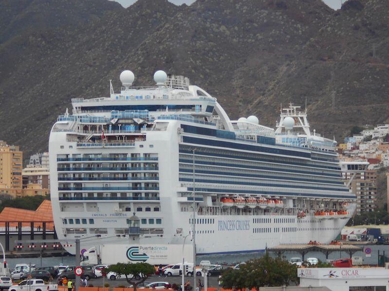 """El buque """"Emerald Princess"""", atracado en el muelle de ribera"""