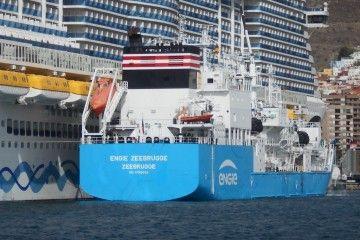 """El buque """"Engie Zeebrugge"""", abarloado al costado de estribor del buque """"AIDAnova"""""""