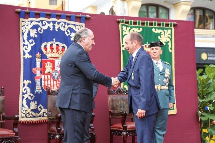 Adolfo Serrano recibe su distinción de manos del alcalde de Algeciras, José Ignacio Landaluce
