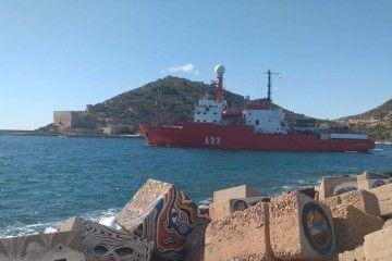 """El BIO """"Hespérides"""", a su salida, ayer, de la base naval de Cartagena"""