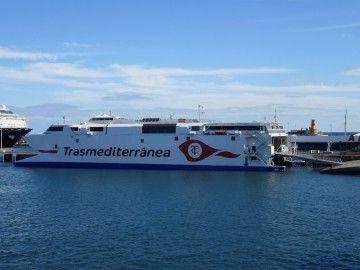 """El catamarán """"Villa de Agaete"""", atracado en el puerto de la capital tinerfeña"""
