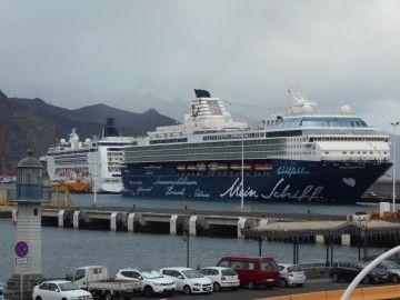 """El buque """"Mein Schiff Herz"""" y por su popa el buque """"MSC Opera"""""""